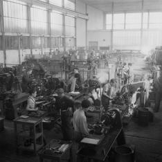 Apprentis du Service Electrique et de la Signalisation (SES) sur machine-outil de type tour parallèle dans un atelier de mécanique générale au sein de Centre de formation SNCF de Moulin Neuf.