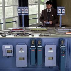 Formateur enseignant le principe du Poste tout Relais à transit Souple (PRS) à l'Ecole Nationale de l'Equipement SNCF à Nanterre.