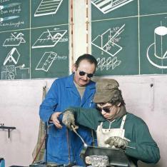 Apprenti dans l'atelier de soudure du Centre de Formation d'Apprentis SNCF de Villeneuve-Saint-Georges.