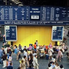 Gare de Paris-Austerlitz. Scène de foule lors d'une journée de grands départs, dans le hall grandes lignes.