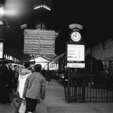 Gare de Paris Saint-Lazare. Quai réservé aux voyageurs pour l'Angleterre.