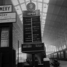 Gare de Paris-Nord. Tableau des départs Banlieue en tête de quai.