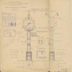 Gare de Paris Nord. Installations d'horloges et de téléphones en tête des quais.