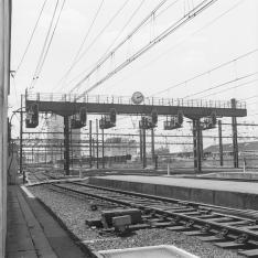 Gare de Paris-Montparnasse. Portique de signalisation lumineuse équipé d'une horloge.