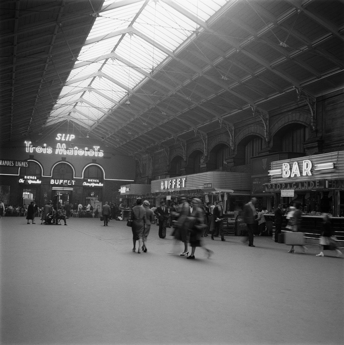 Buffet Et Bar Dans La Salle Des Pas Perdus En Gare De Paris Saint